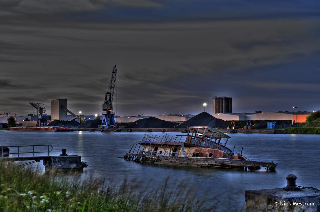 Gezonken schip in kolenhaven Buchten